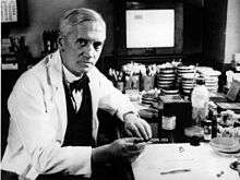https://upload.media.orgikipedia/commons/thumb/4/4c/Alexander_Fleming.jpg/220px-Alexander_Fleming.jpg